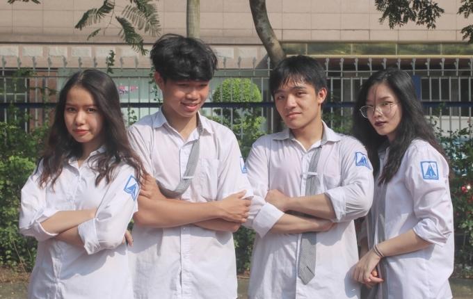 Quỳnh Anh (ngoài cùng bên phải) chụp cùng bạn bè trường THPT chuyên Hà Nội - Amsterdam. Ảnh: Nhân vật cung cấp