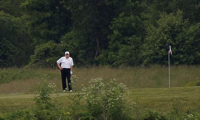 Trump bảo vệ quyết định đi chơi golf giữa Covid-19