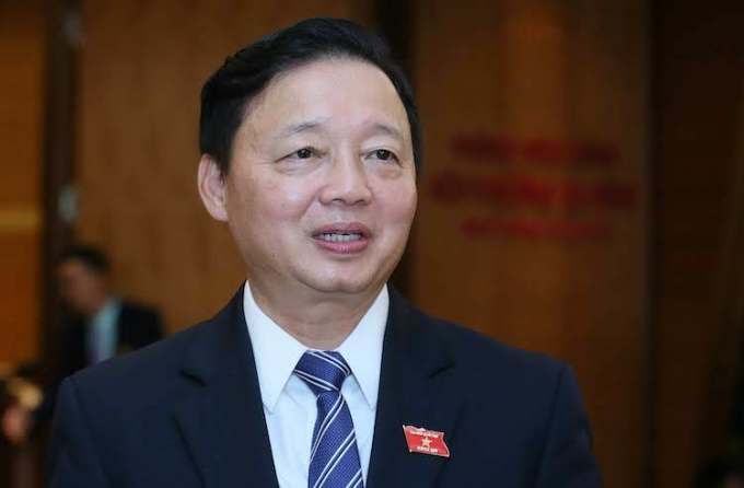 Bộ trưởng Tài nguyên Môi trường Trần Hồng Hà bên hành lang Quốc hội. Ảnh: Ngọc Thắng