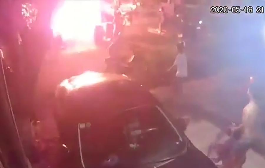 Hai bé trai bỏng nặng vì bị ném bom xăng
