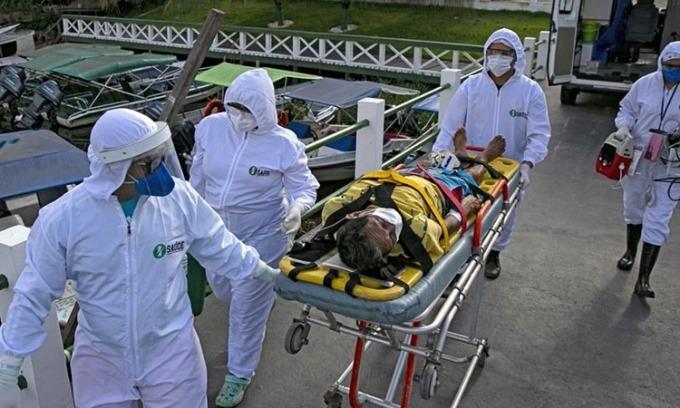 Nhân viên y tế đưa người nhiễm nCoV nhập viện tại thành phốBreves, Brazil hôm 25/5. Ảnh: AFP.