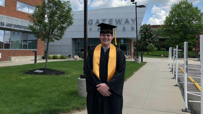 Tom Jordan trong buổi tốt nghiệp Đại học Stark State ngày 24/5. Ảnh: Good Morning America