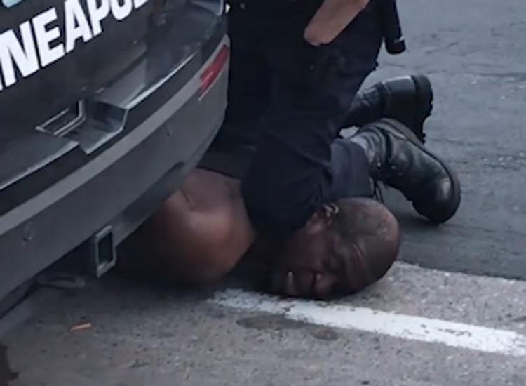 Cảnh sát mất việc vì quỳ lên cổ nghi phạm
