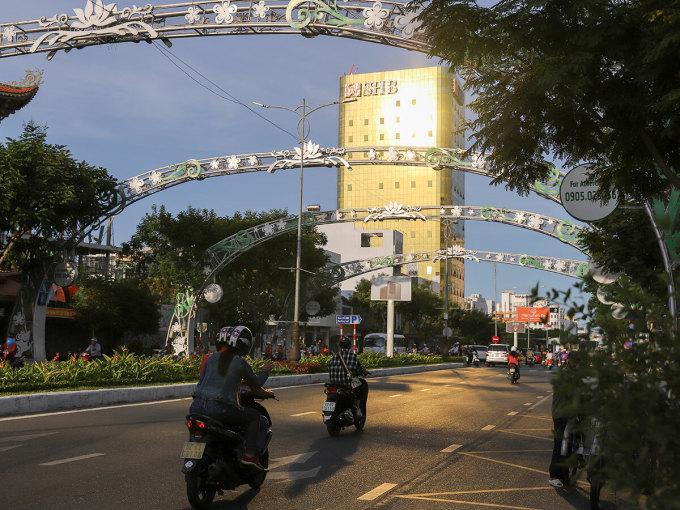 Toà nhà SHB lúc 17h phản quang xuống đường Nguyễn Văn Linh, theo hướng từ sân bay ra biển Mỹ Khê. Ảnh: Nguyễn Đông.