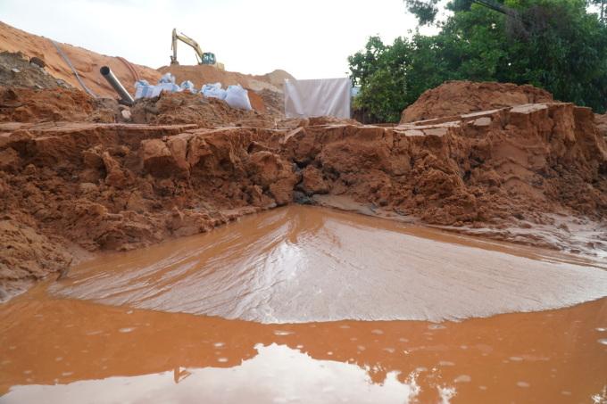 Mưa lớn đêm qua tạo lũ cát đỏ tràn xuống ngập đường Mũi Né. Ảnh: Việt Quốc.