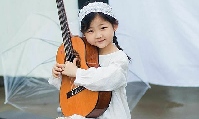 Cô bé 6 tuổi nổi tiếng vì tài đàn hát