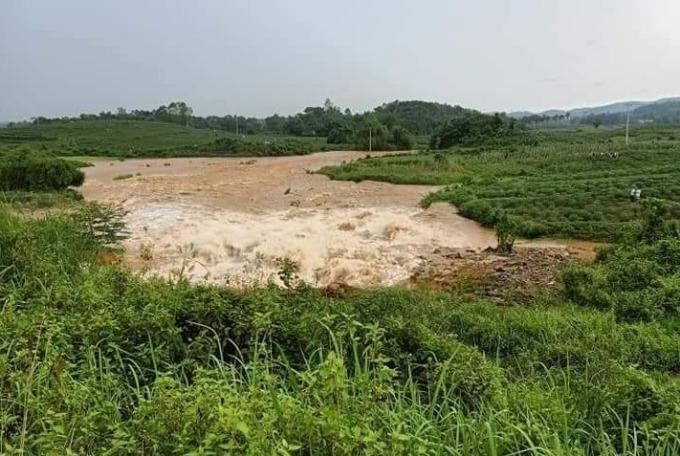 Vỡ đập khiến nước tràn xuống đồng ruộng. Ảnh: P.T