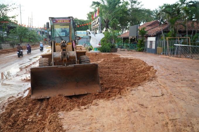 Đến sáng nay, xe ủi đã dọn số cát dưới lòng đường để thông tuyến trở lại. Ảnh: Việt Quốc.