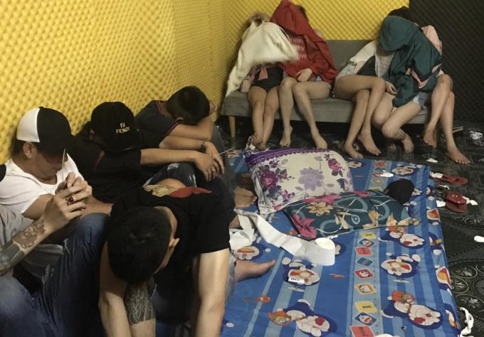 57 nam nữ dương tính với ma túy tại khách sạn của Khang. Ảnh: An Nam