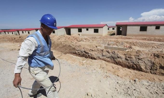 Công nhân Trung Quốc tại một công trường ở Lubango, Angola, hồi năm 2014. Ảnh: Reuters.