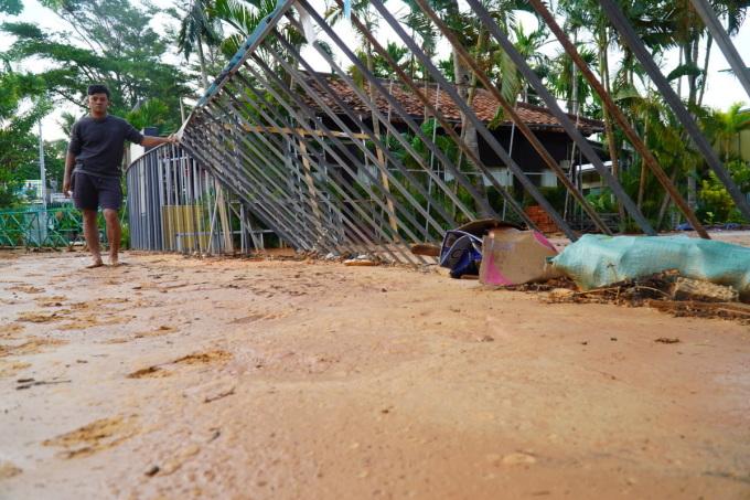 Lũ cát đỏ tràn ngập nhà hàng Làng Chài Mũi Né. Ảnh: Việt Quốc.