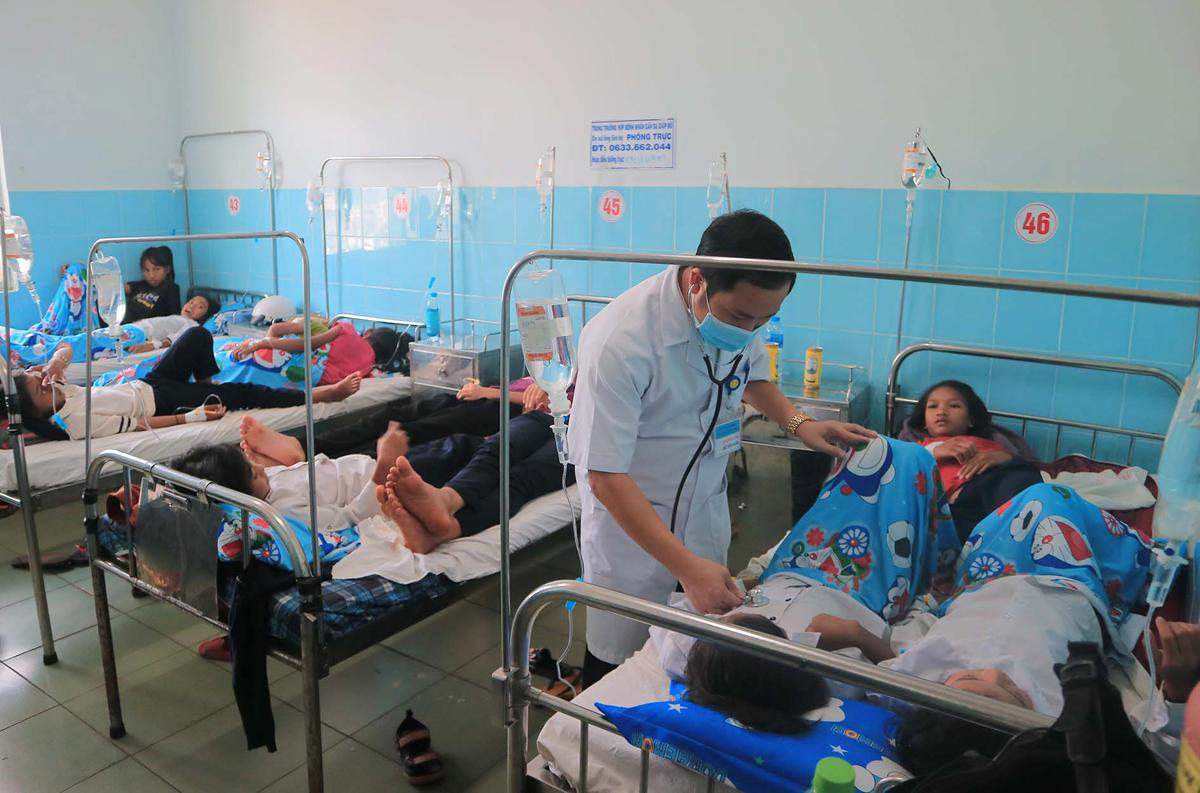 Nhiều học sinh đang được chăm sóc tại Trung tâm y tế huyện Đức Trọng. Ảnh: Khánh Hương.