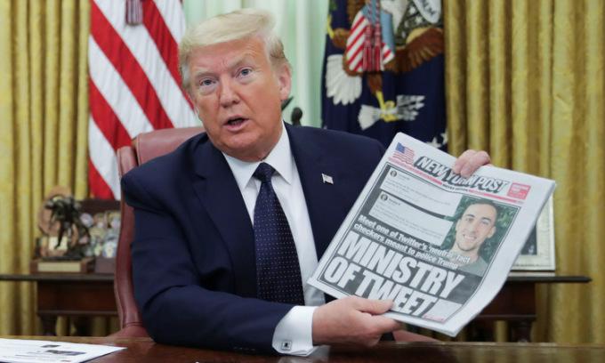 Trump sau khi ký sắc lệnh về mạng xã hội hôm 28/5. Ảnh: Reuters.