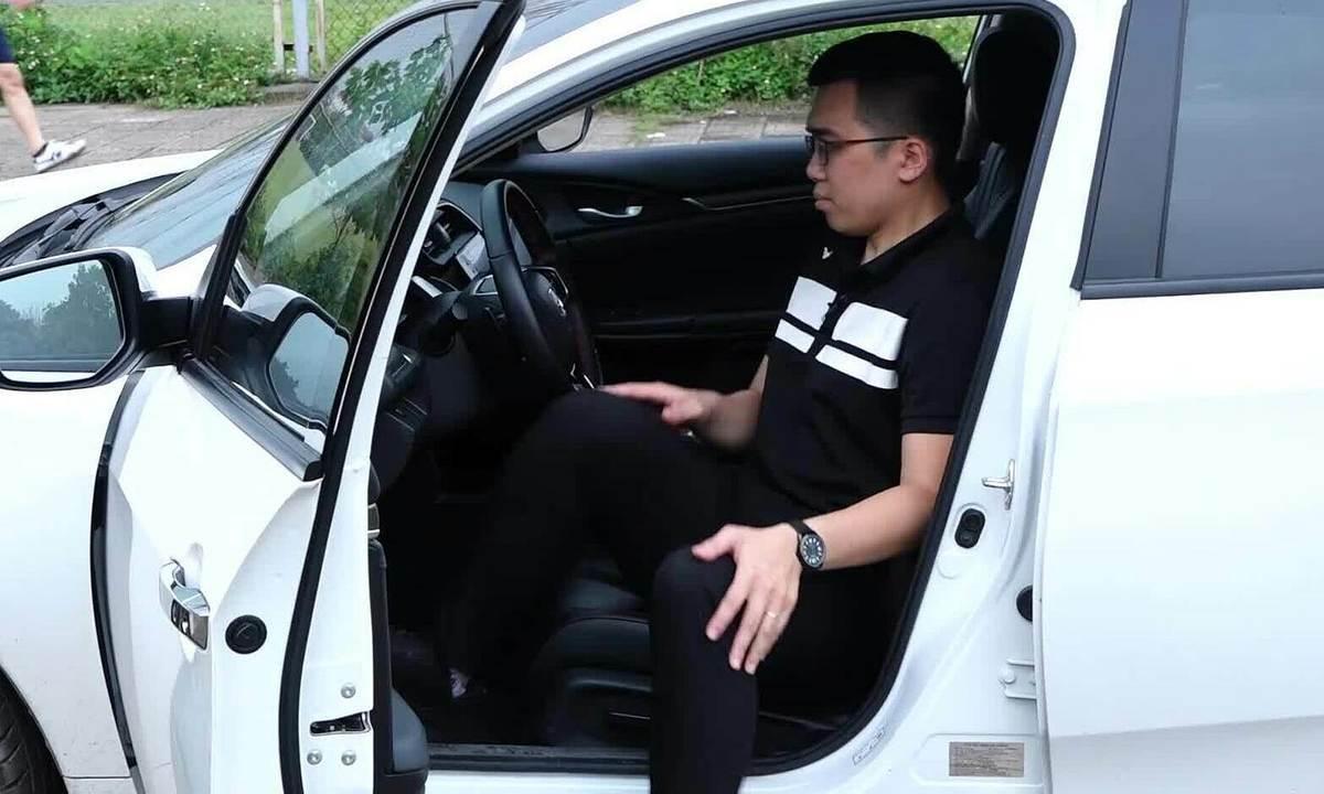 Cách ra, vào ôtô an toàn và không hại cột sống