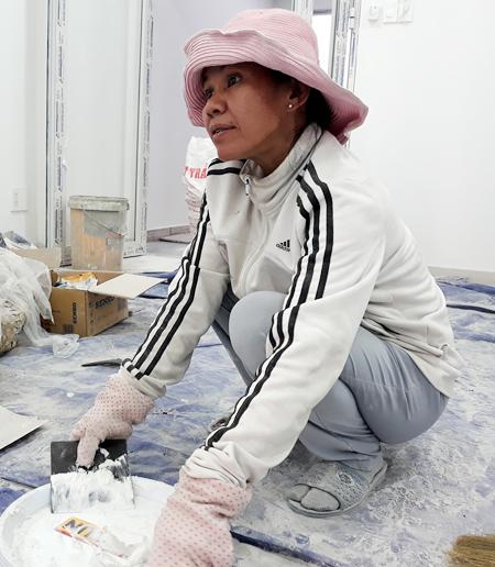Được cho tại ngoại trong quá trình điều tra, bà Thảo hàng ngày đi làm thợ hồ kiếm tiền nuôi con cháu. Ảnh: Hải Duyên.