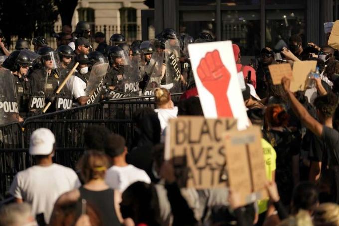 Người biểu tình đối đầu lực lượng an ninh trước hàng rào Nhà Trắng hôm 30/5. Ảnh: AP
