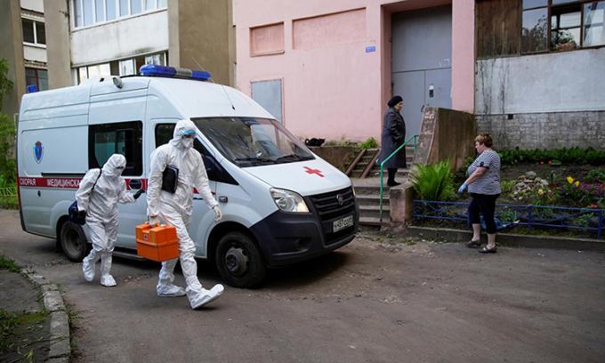 Nhân viên y tế tới nhà kiểm tra sức khỏe cho bệnh nhân tại thành phốTver, hôm 27/5. Ảnh: Reuters.