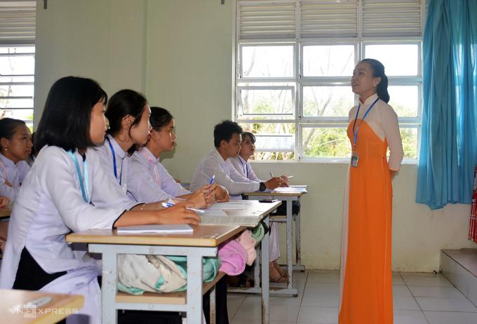 Học sinh tập trung nghe cô Huỳnh Sơn Ca giảng bài bằng phương pháp ca cải lương. Ảnh: Khánh Hưng.