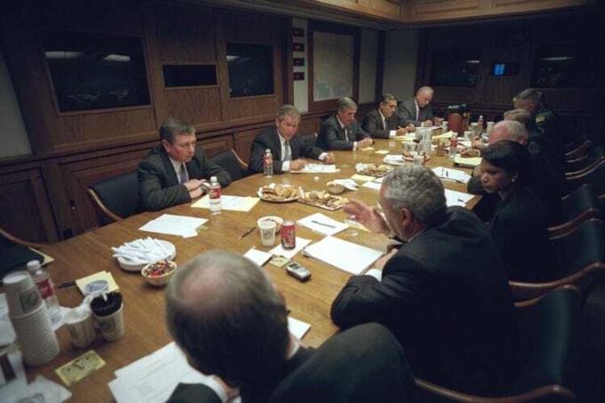 Tổng thống George W. Bush (thứ hai từ trái sang, hàng phía sau) họp với Hội đồng An ninh Quốc gia tạiPEOC ngày 11/9/2001.