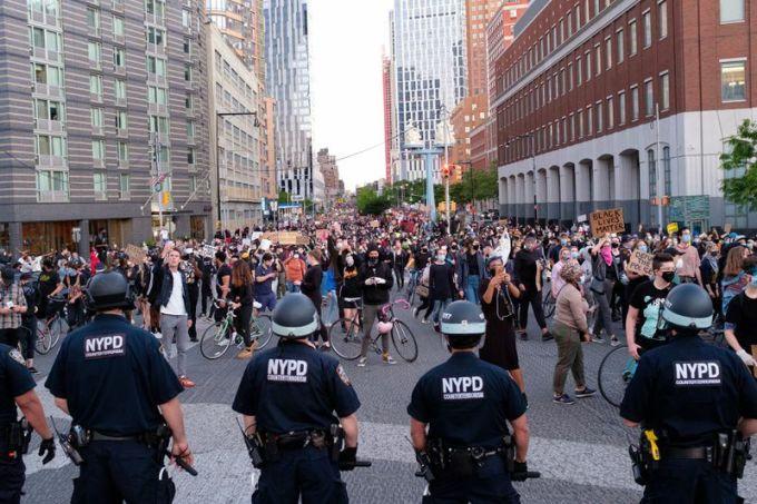 Người biểu tình ôn hòa trên cầu Manhattan, quận Brooklyn, thành phố New York, hôm 31/5. Ảnh: New York Daily News