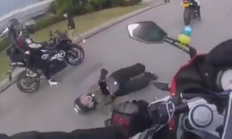 Anh chàng đi môtô đánh rơi người yêu