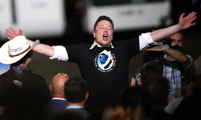 Elon Musk, chủ tịch SpaceX, bày tỏ sự mừng rỡ khi phóng thành công tên lửa Falcon 9 và tàu vũ trụ Crew Dragon tại Trung tâm Vũ trụ Kennedy.