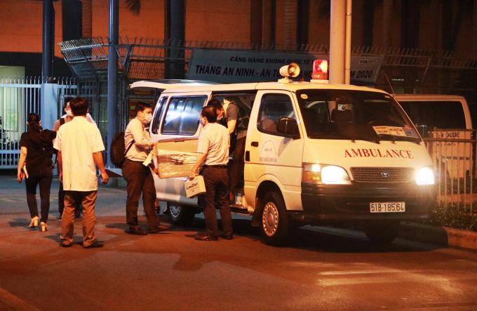 Bệnh viện tiếp nhận lá gan từ xe cấp cứu. Ảnh: CSGT.