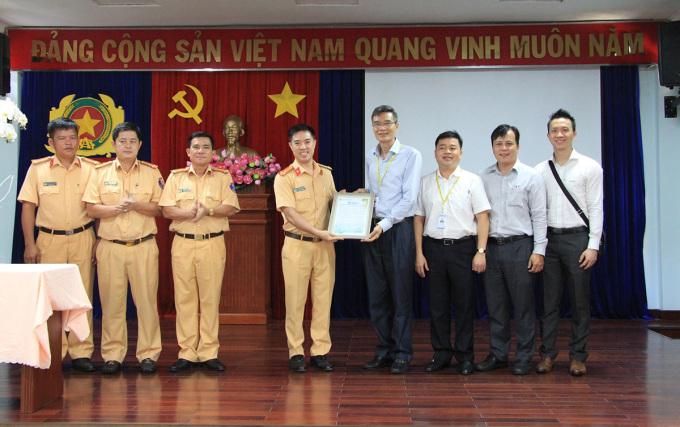 Lãnh đạo Phòng CSGT nhận thư cảm ơn. Ảnh: CSGT.