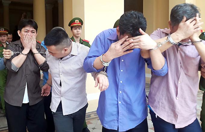 Anh em Thanh và các đồng phạm sau phiên tòa. Ảnh: Hải Duyên.