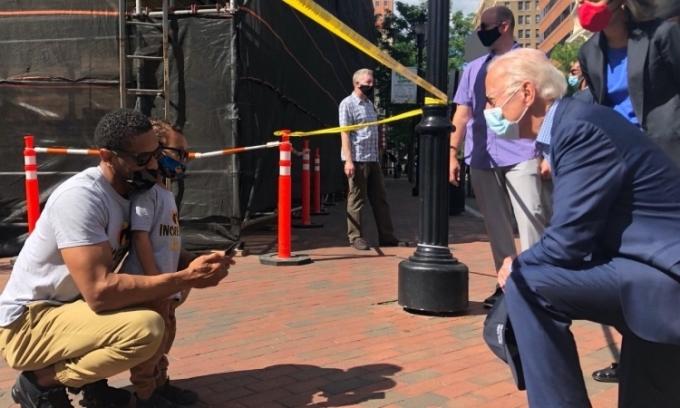 Joe Biden (phải) nói chuyện với một gia đình da màu tại nơi xảy ra biểu tình ởWilmington, bangDelaware, Mỹ, hôm 31/5. Ảnh: Twitter/ Joe Biden.
