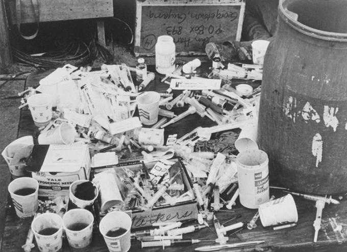 Cốc và kim tiêm chứa thuốc độc tại Jonestown tháng 11/1978. Ảnh:  Bettmann Archive.