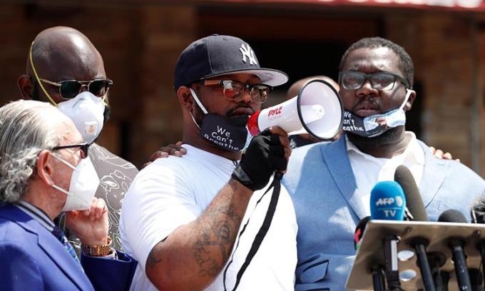 Terrence Floyd phát biểu trước đám đông tạithành phố Minneapolis, bang Minnesota, Mỹ hôm 1/6. Ảnh: Reuters.