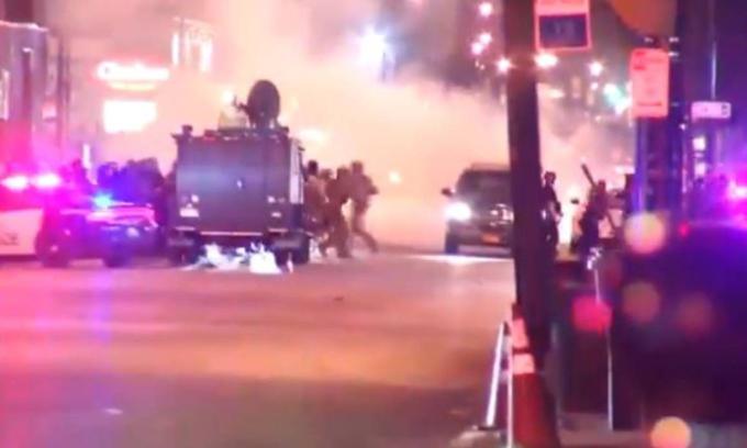 Lao xe vào cảnh sát chống biểu tình Mỹ