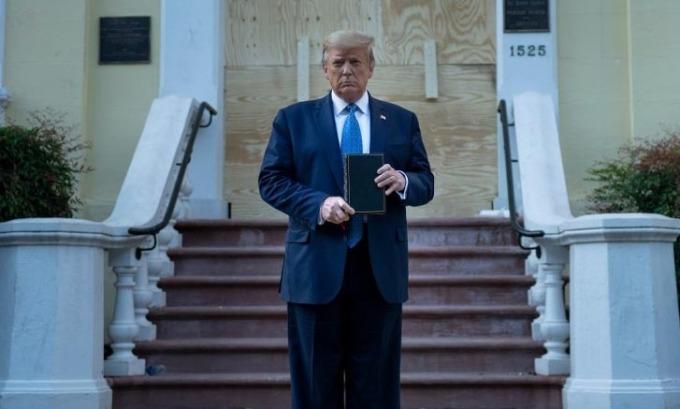 Trump 'đơn thương độc mã' giữa tâm bão