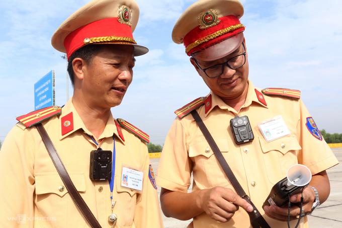 Cán bộ, chiến sĩ thuộc Cục CSGT được trang bị camera gắn ngực ghi hình trong quá trình làm nhiệm vụ trên cao tốc Hà Nội-Hải Phòng. Ảnh: Bá Đô