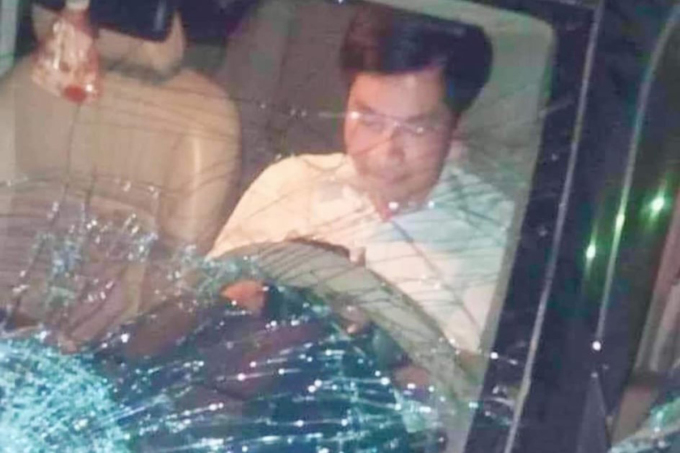 Trưởng ban Nội chính Tỉnh ủy Thái Bình Nguyễn Văn Điều cố thủ trong xe sau khi gây tai nạn làm chết 1 người và bị thương 2 người, bỏ chạy bị người dân truy đuổi, giữ lại. Ảnh: CTV