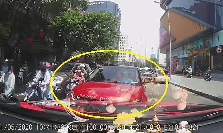 Nữ tài xế lái Range Rover đi ngược chiều gây tắc đường