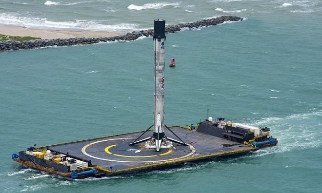 Tầng đẩy tên lửa Falcon 9 cập cảngCanaveral. Ảnh: Live Science.