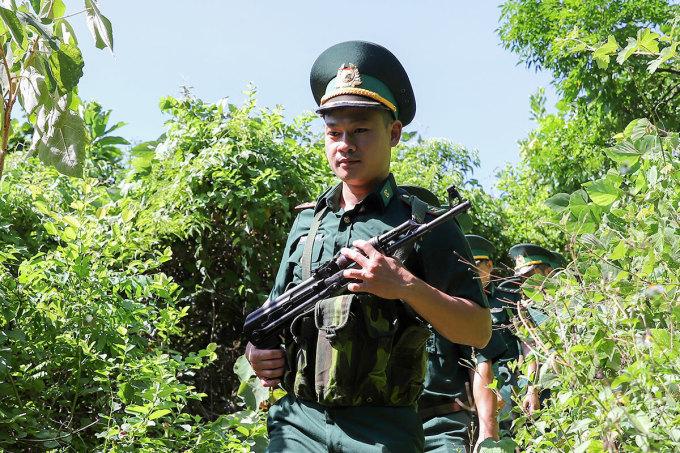 Bộ đội biên phòng bồng súng, xẻ rừng đi truy tìm phạm nhân sự. Ảnh: Nguyễn Đông.