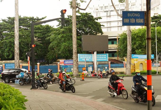 Đường Đinh Tiên Hoàng, đoạn giao với đường Phan Đăng Lưu, trước khu Di tích lịch sử văn hoá Lăng Lê Văn Duyệt (quận Bình Thạnh). Ảnh: Mạnh Tùng.