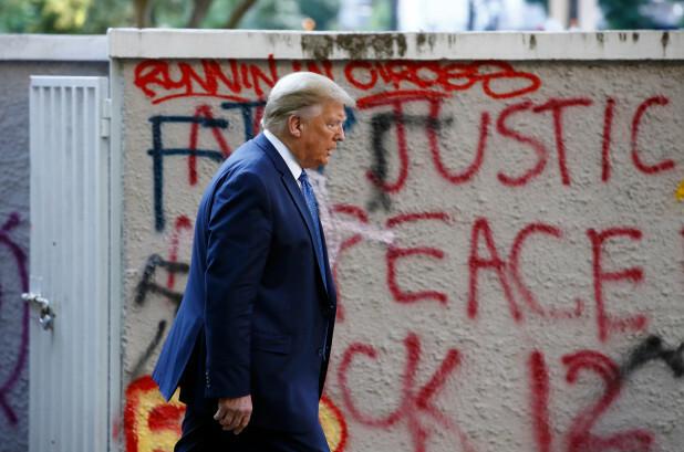 Tổng thống Donald Trump đi từ Nhà Trắng qua công viên Lafayette đến thăm nhà thờ St. Johns ở gần đó hôm 1/6. Ảnh: AP