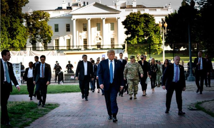 Tổng thống Donald Trump (giữa) trên đường tới nhà thờ St. John, ở thủ đô Washington, hôm 1/6. Ảnh: NYTimes.