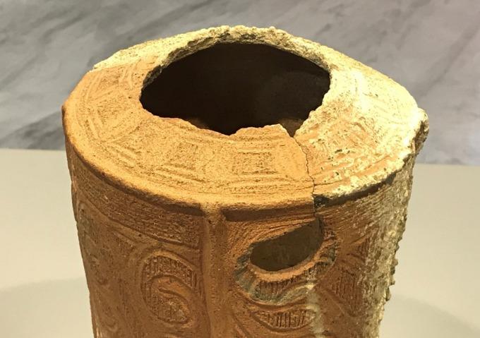 Gần miệng bình có một vòi nhỏ đã mất, để lại một lỗ tròn có đường kính khoảng 3 cm. Ảnh: Minh Cương