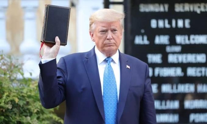 Tổng thống Trump cầm kinh thánh đứng ngoài nhà thờ St. John, thủ đô Washington, hôm 1/6. Ảnh: AFP.