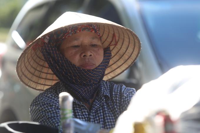 Người bán hàng rong dưới nắng nóng 40 độ. Ảnh: Gia Chính