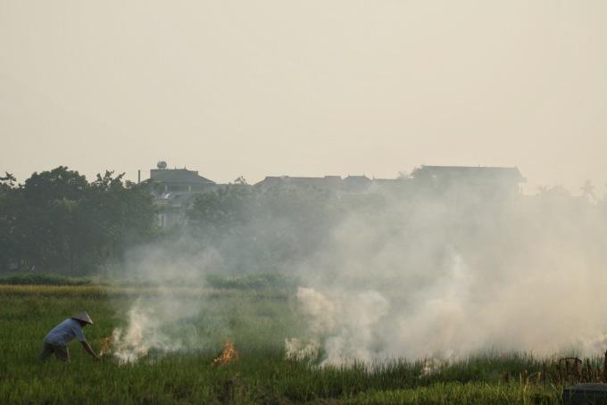 Người dân đốt rơm rạ ở ngoại thành Hà Nội. Ảnh: Gia Chính