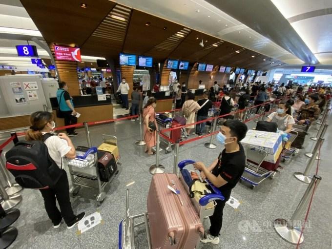 Các công dân Việt Nam làm thủ tục tại sân bay quốc tế Đào Viên Đài Loanhôm 29/5 trước khi lên chuyến bay về nước hôm 29/5. Ảnh: CNA