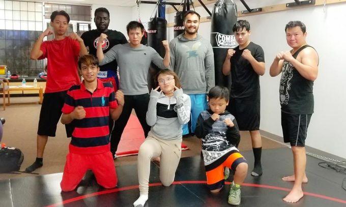 Long Lê (đứng thứ ba từ phải sang) cùng những người bạn nhiều sắc tộc trong câu lạc bộ võ thuật. Ảnh: Nhân vật cung cấp