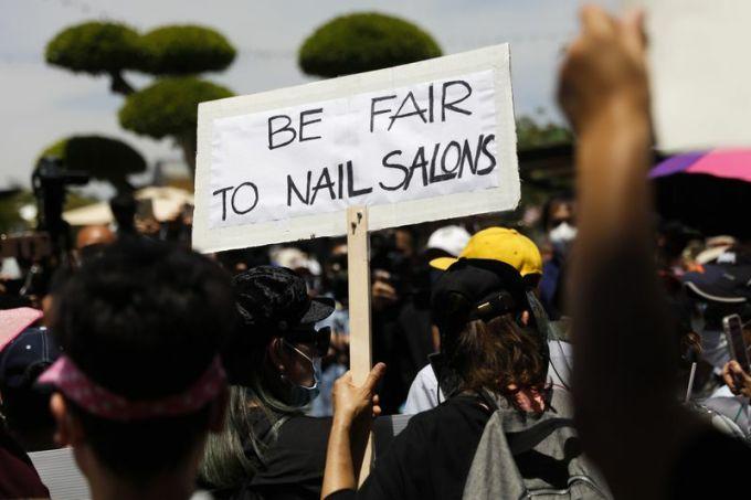 Người gốc Việt biểu tình hôm 8/6 trước thương xá Phước Lộc Thọ ở trung tâm thành phốWestminster, quận Cam, bang California với biểu ngữ Hãy công bằng với các tiệm nail. Ảnh: AP