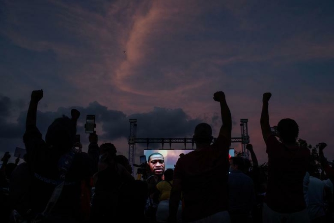 Người dân địa phương và các cựu học sinh của trường trung học Yates biểu thị tình đoàn kết trong lễ tưởng niệm George Floyd trên sân bóng anh từng chơi ở Houston, Texas, hôm 8/6. Ảnh: Reuters